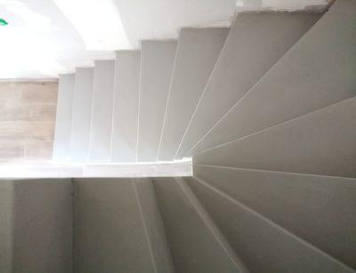 Beton ciré gris souris sur un escalier à paillasse