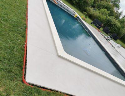 Beton ciré au bord d'une piscine en extérieur près de Bordeaux