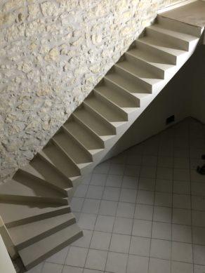 application d'un béton ciré sur un escalier béton un quart balancé près des Saintes
