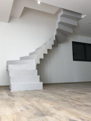béton ciré   d'un escalier couleur gris cendré   à Ronce Les bains entre La Tremblade et Marennes pour un maitre d'œuvre par scal'in Charente Maritime