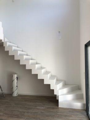 Béton ciré blanc sur un escalier à Fronton