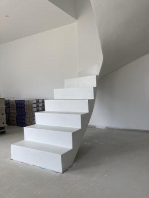 Béton ciré blanc sur un escalier en attente de son garde corps