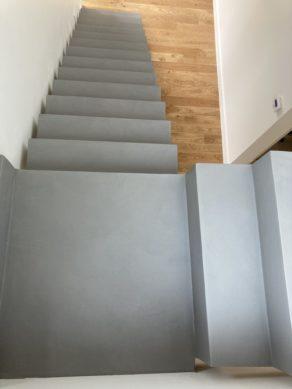 béton ciré   d'un escalier à crémaillère couleur argent  à la mode en nouvelle Aquitaine proche de Bordeaux pour un particulier par Yohan Salvador