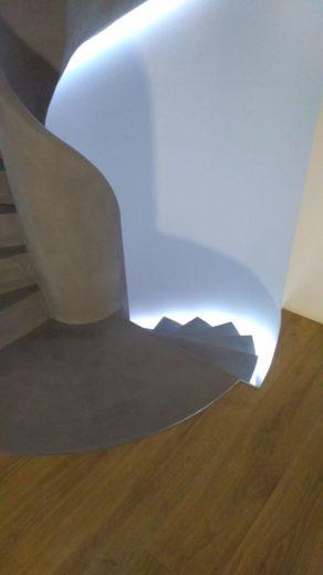 béton ciré   d'un escalier hélicoïdal couleur étain   dans les Cotes d'Armor  pour un particulier par Scal'in Bretagne