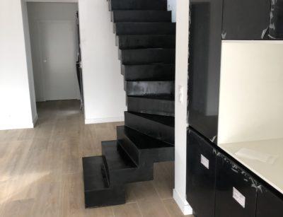Béton ciré d'un escalier remarquable dans une maison en fin de travaux